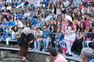 Javier Luque, en plena representación teatral de 'Aulularia' ante un numeroso público con el que se mezcla en algunos momentos de la obra. Foto: María Montiel