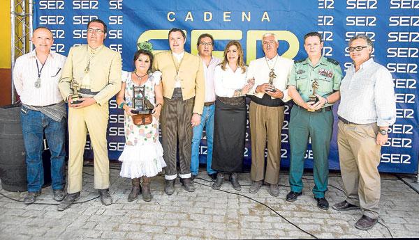 Los galardonados, posando ayer juntos en la aldea de El Rocío. / Carlos Hernández