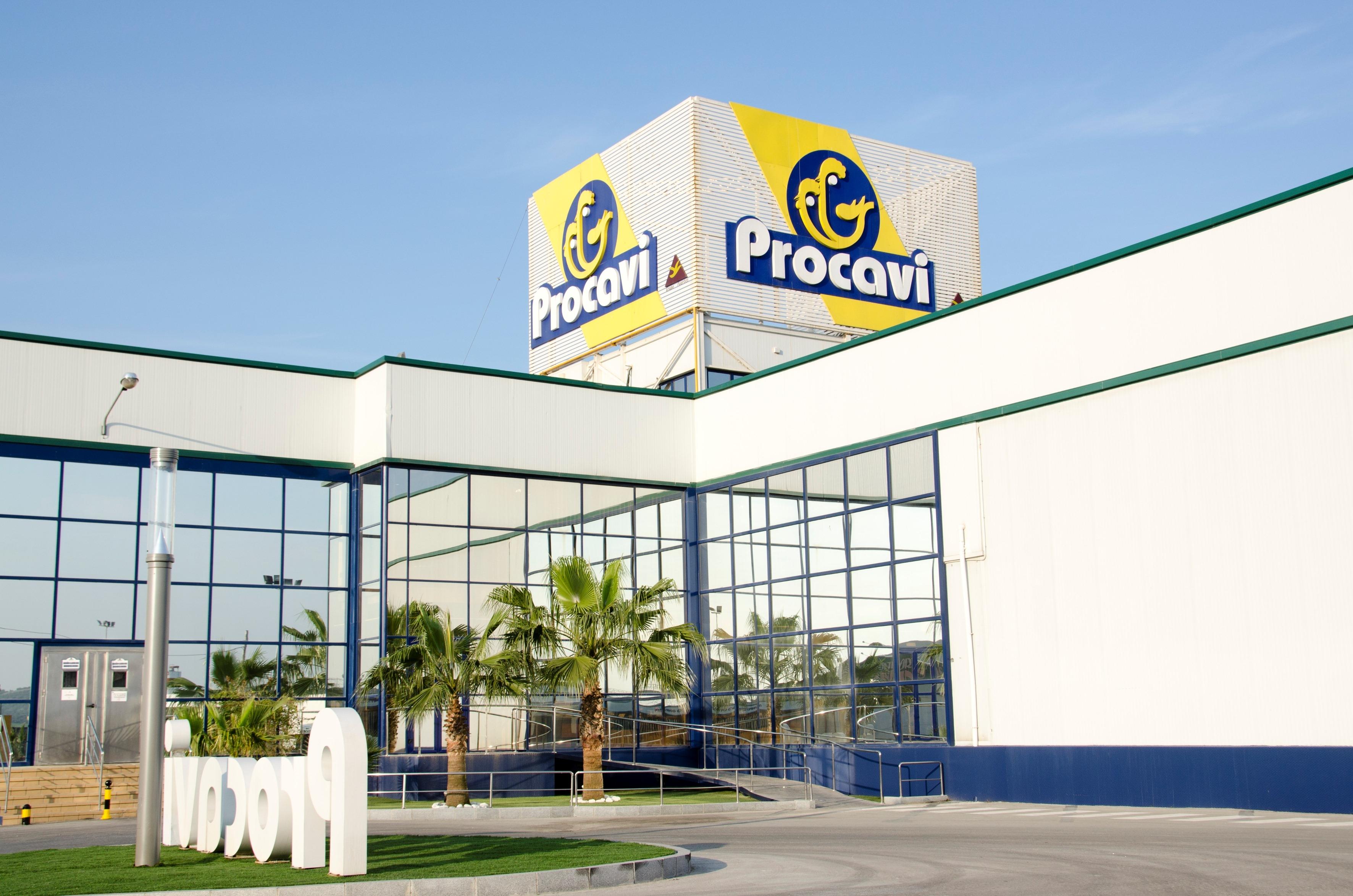 Fachada principal de las instalaciones de la empresa cárnica Procavi en la localidad sevillana de Marchena. / EL CORREO