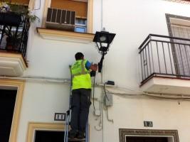 Un operario sustituye una de las farolas Los Palacios.