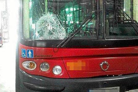 El cuerpo de la joven impactó contra la luna delantera del autobús . / El Correo