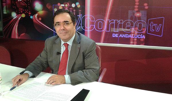 El rector de la Universidad Pablo de Olavide, Vicente Guzmán, el miércoles en el plató de 'La Lupa' de El Correo TV. / El Correo