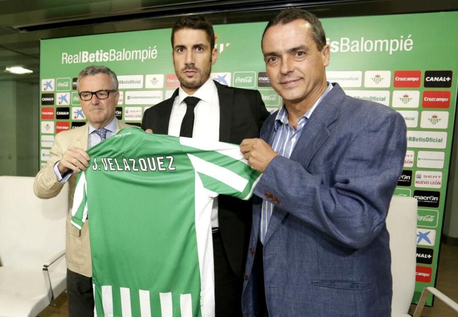 Julio Velázquez, junto al presidente del club, Manuel Domínguez Platas y Secretario Técnico, Alexis Trujillo. Foto: José Luis Moreno