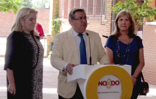 El alcalde sevillano, Juan Ignacio Zoido, junto a Asunción Fley y Amidea Navarro
