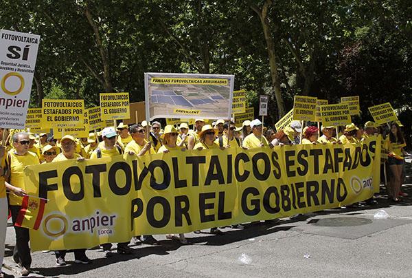 Los participantes en la movilización de protesta en Madrid eligieron un atuendo amarillo para llamar la atención sobre el recorte de primas a la fotovoltaica. / juan zarco (EFE)