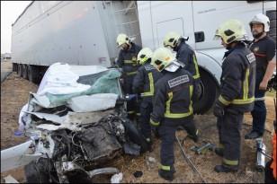 Un grupo de bomberos mientras realizan las labores para extraer el cuerpo del vehículo siniestrado. Foto: Juan Luis Atalaya