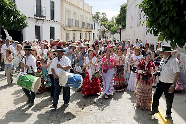 Presentación de la hermandad de La Algaba ante Villamanrique. / Foto: José Luis Montero