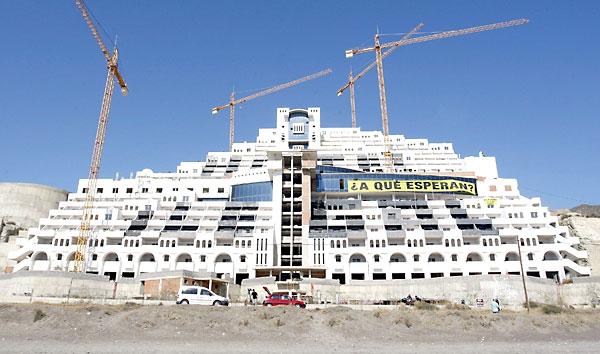 Imagen de archivo del hotel construido en la playa de El Algarrobico. / EFE