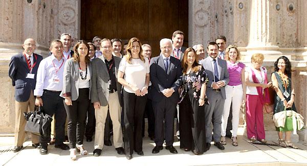La presidenta Susana Díaz posó ayer con los principales responsables de la Ley de Transparencia, ante las puertas del salón de plenos del Parlamento. / Raúl Caro