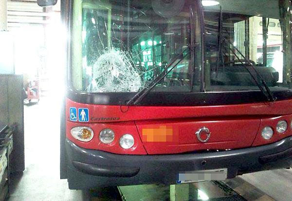 Estado en el que ha quedado la luna delantera del autobús siniestrado tras el impacto. / El Correo