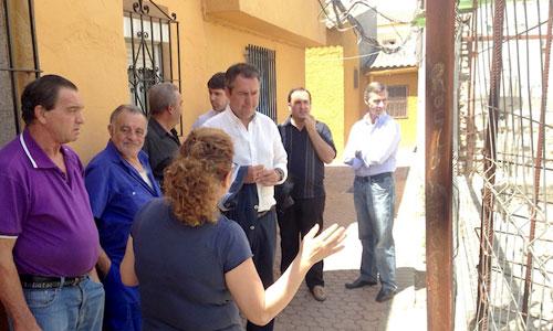 Juan Espadas junto a vecinos de La Bachillera, ayer. Foto: El Correo