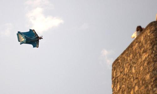 """El cocinero madrileño Darío Barrio en el salto que le costó la vida ayer en una exhibición de salto BASE incluida dentro de los actos de la primera jornada del XV Festival Internacional del Aire (FIA) """"El Yelmo"""" / EFE"""