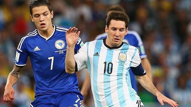 Besic, pugnando con Messi.