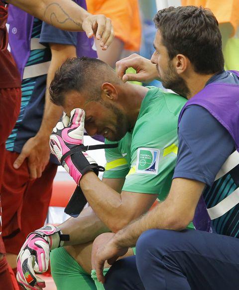 Beto, llorando en el banquillo tras su lesión y la eliminación de Portugal. / Robert Ghement (EFE)