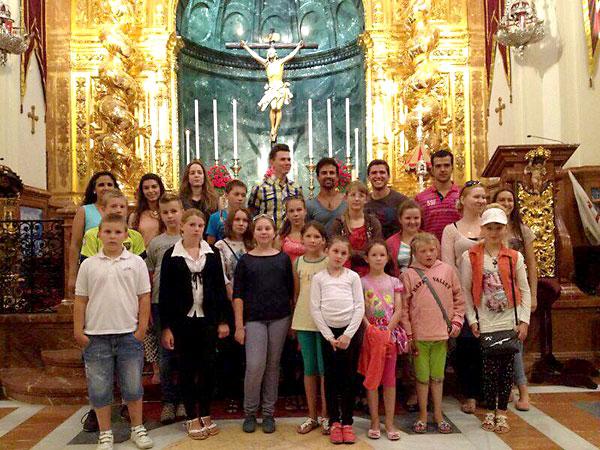 Los niños acogidos por la hermandad del Cachorro, pionera de este programa.