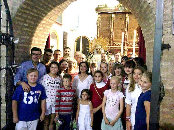 Los niños que acoge la hermandad de Los Panaderos fueron recibidos este jueves en San Martín.