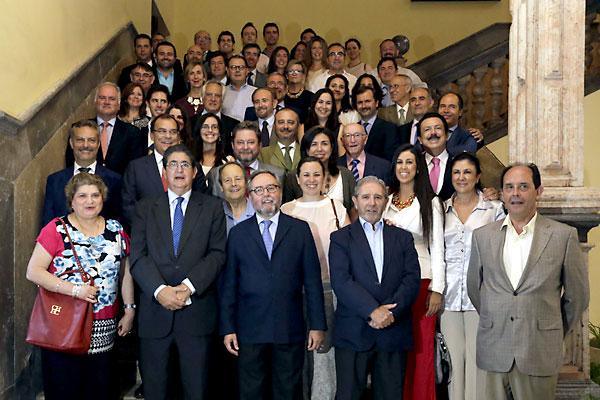Foto de familia de las entidades que recibieron el reconocimiento de Cáritas. / José Luis Montero