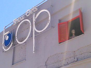 Reclamo del club Top, con una maniquí desnuda asomando a la ventana. / El Correo