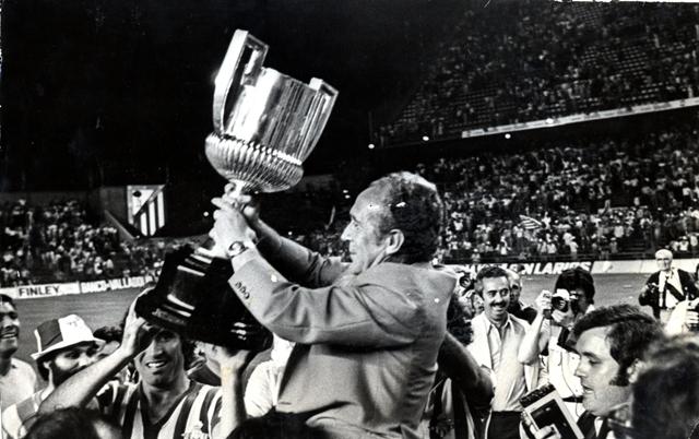 Rafael Iriondo, a hombros, lleva la Copa tras aquella final contra el Athletic.