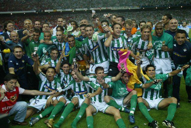 Los jugadores y el cuerpo técnico del Betis (Serra está a la izquierda) celebran el título / Javier Díaz