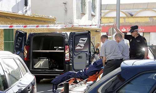 Momento en el que el cuerpo de la víctima fue trasladado desde su domicilio. Foto: José Luis Montero
