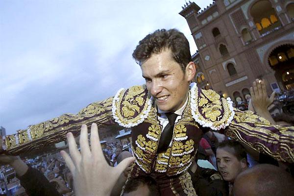 Daniel Luque sale a hombros de Las Ventas. / EFE