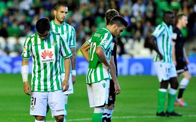 Los jugadores del Betis lamentan el descenso tras el partido contra la Real Sociedad / Kiko Hurtado