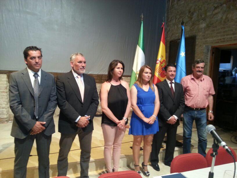 Investidura de Juan Carlos Navarro, primero por la izquierda, como alcalde de San Nicolás del Puerto. / EL CORREO