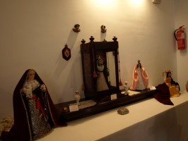 Samuel crea vírgenes a partir de antiguas muñecas.