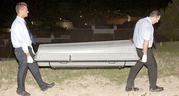 Operarios de una funeraria transportan un cadáver. / EFE
