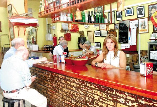 Conchi Gil regenta este bar que guarda entre sus paredes magníficos recuerdos y que recibe con gusto a las nuevas generaciones. / J.C.