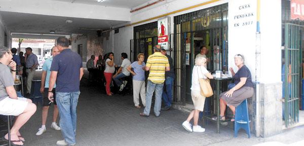La taberna está muy cerca de la Ronda de Capuchinos, en un pasaje peatonal entre León XIIIy Los Naranjos.