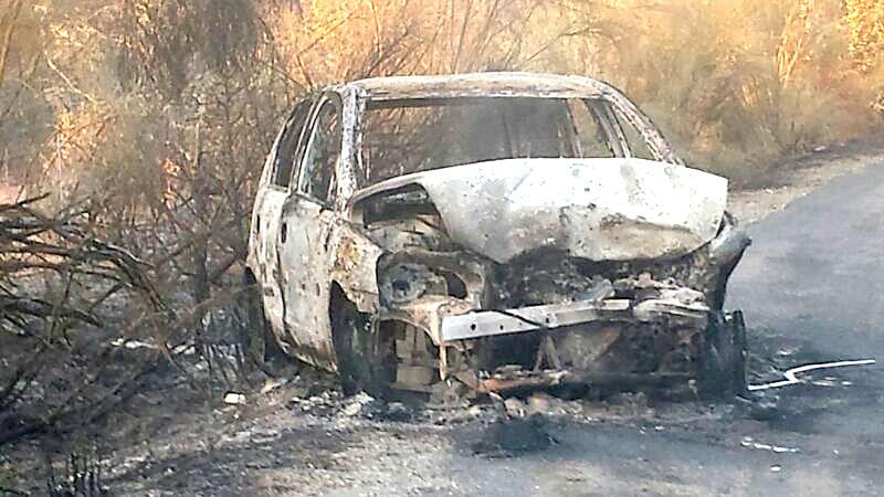 Un vehículo incendiado en la zona. / Ayuntamiento de Guadalcanal