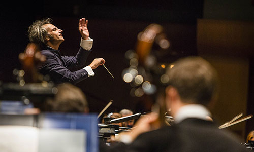 Pedro Halffter, en el podio, dirigió anoche a la Sinfónica de Sevilla en un programa monográfico con la Novena Sinfonía de Mahler en los atriles. / Foto: Carlos Hernández