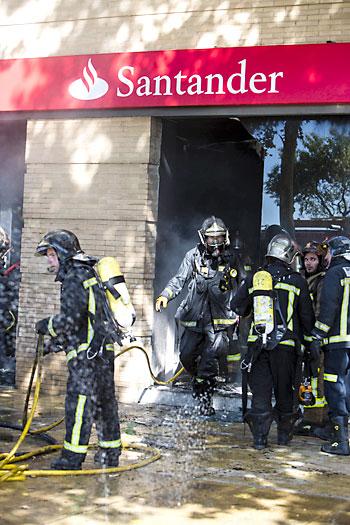 Bomberos saliendo dela sucursal del Santander. / Carlos Hernández