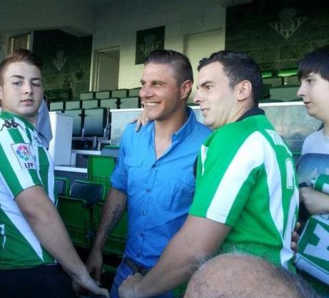 Joaquín se hace una foto con un aficionado durante el Betis B-Anguiano / Jesús Molinero ?(@jmolineromendez)