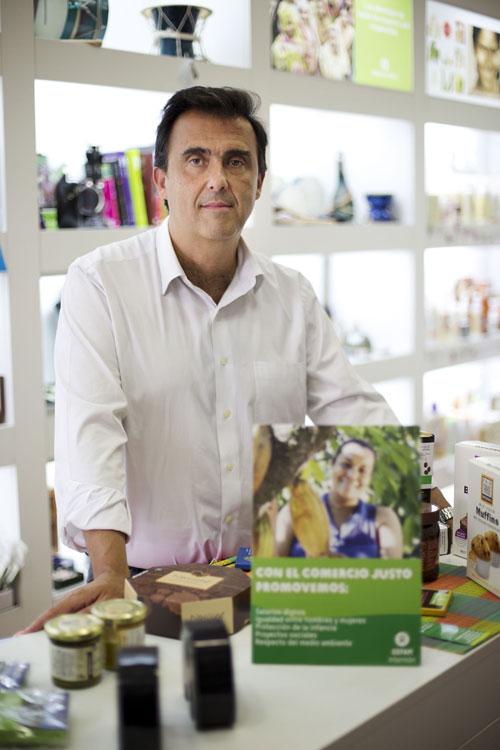 José María Vera, en la tienda de comercio justo de Intermón en la calle Muñoz Oliver. / Foto: Pepo Herrera