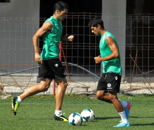 Jorge Molina y Juanfran se cruzan en un entrenamiento / Ramón Navarro