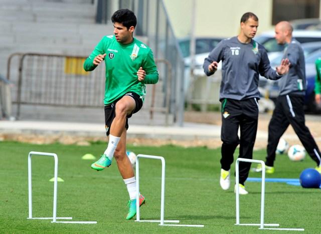 Juanfran salta vallas en un entrenamiento en la ciudad deportiva / Kiko Hurtado