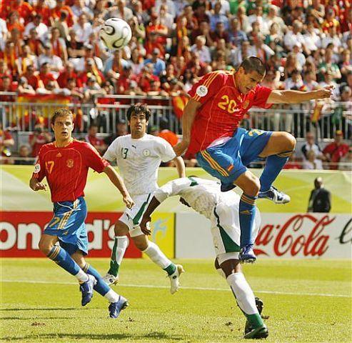 Juanito cabecea a gol en aquel partido contra Arabia. Su amigo Joaquín lo ve en primer plano / EFE