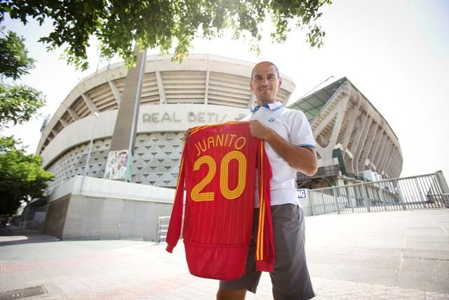 Juanito posa delante del Villamarín con el modelo que lució España en el Mundial de 2006 / Pepo Herrera