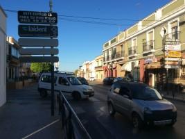 Intersección de la avenida del Aljarafe con la calle Felipe II donde se ubicarán varios semáforos.