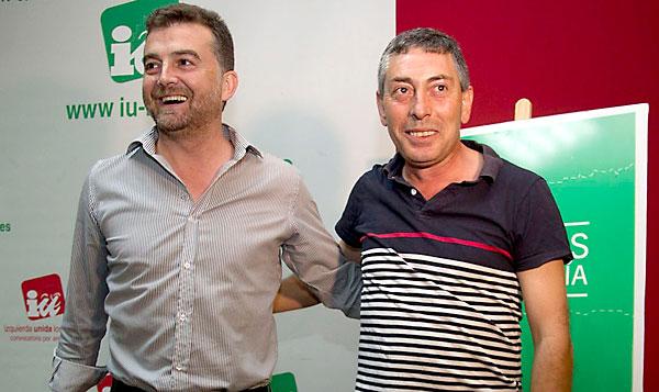 El coordinador regional de IU, Antonio Maíllo, ayer, junto al militante que le disputa la candidatura a la Junta, Laureano Seco. / E.P.