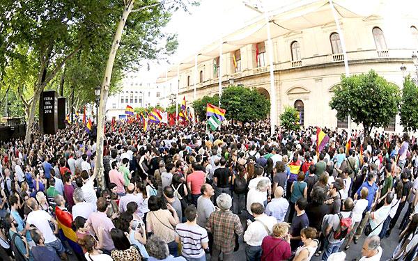 Un momento de la concentración hoy ante las puertas del Ayuntamiento de Sevilla a favor de la República. / Raúl Caro (EFE)