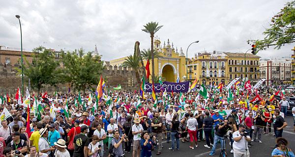 Varios colectivos, sindicatos y partidos políticos se concentran ante la fachada del Parlamento de Andalucía, ayer, en Sevilla. / J. M. Paisano