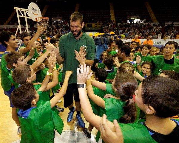 Marc Gasol saluda a los niños que acudieron a su clínic en San Pablo / José Luis Montero