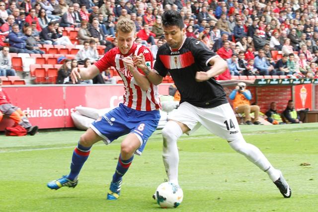 Mauro dos Santos (derecha), en la visita del Murcia al Sporting / Tuero-Arias