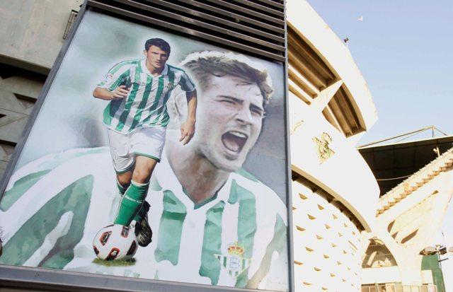 El memorial de Miki Roqué en el Villamarín, en la esquina del Gol Norte que da a Preferencia.