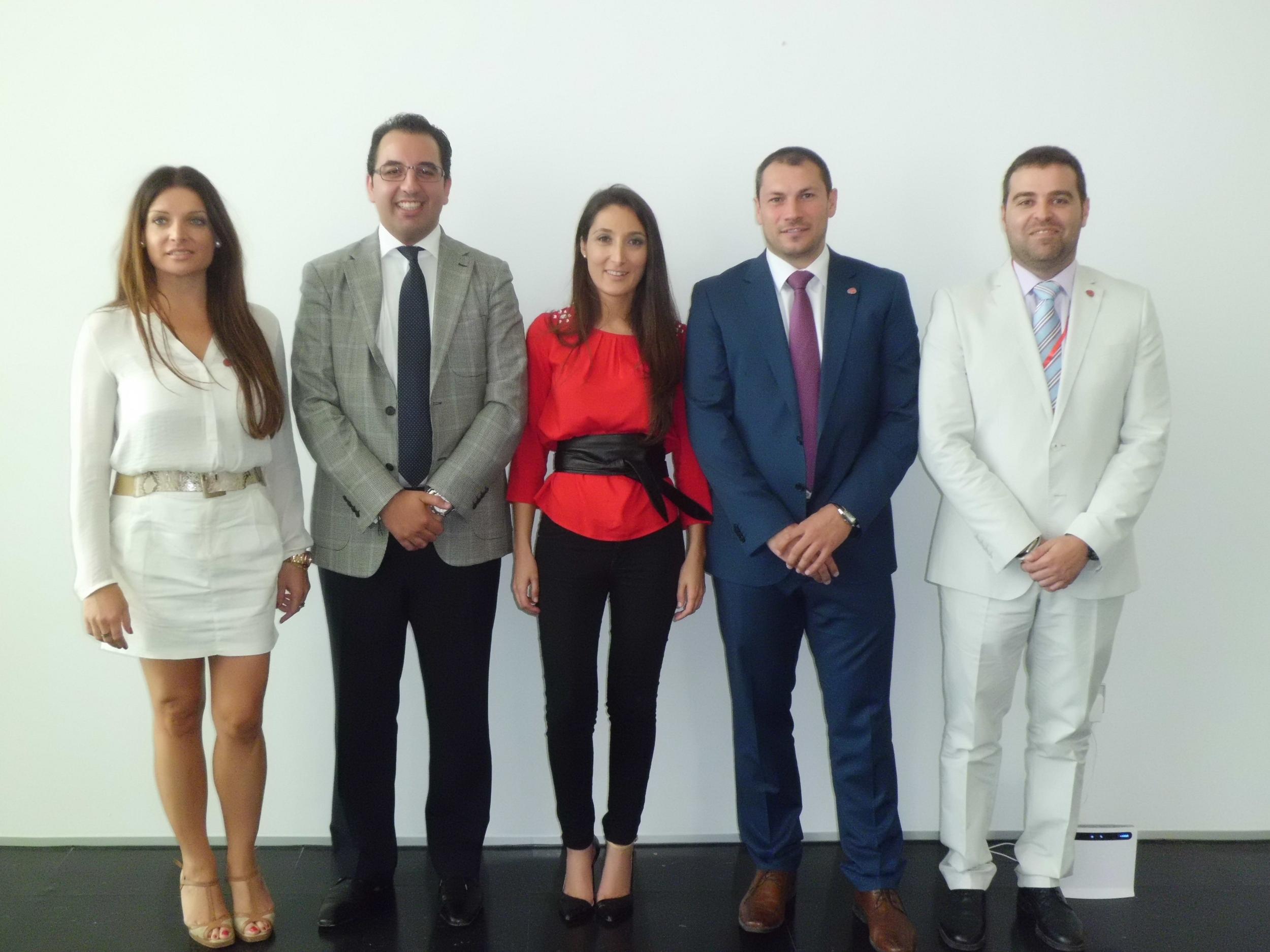 Mónica Moreno (en el centro), con algunos miembros de su equipo. / EL CORREO