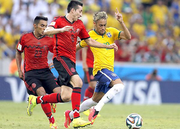 Hector Herrera de Mexico (C), Neymar de Brasil (D) y José Vázquez de México (I), durante el choque. / EFE